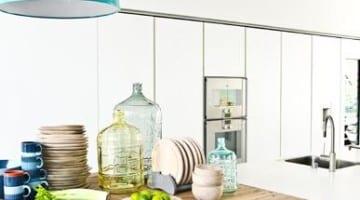 Moderne keuken met houten werkblad