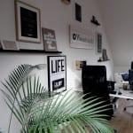 Woontrendz werkplek met logo op hout