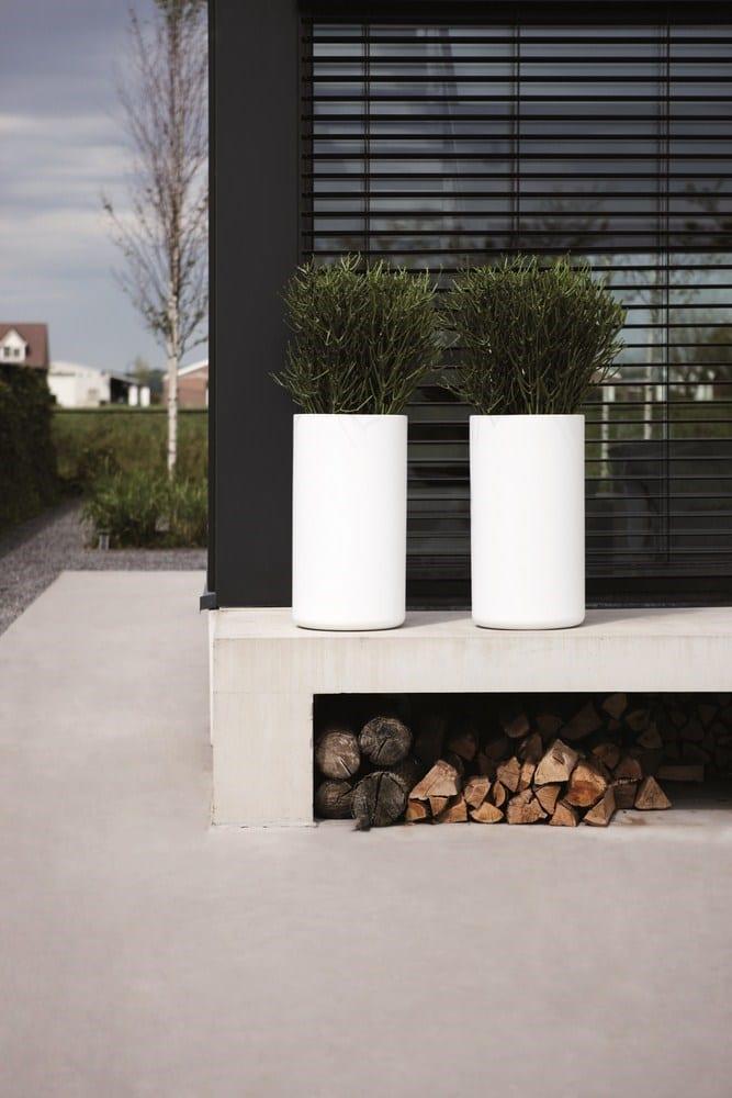 Moderne tuin met witte plantenbakken - Woontrendz