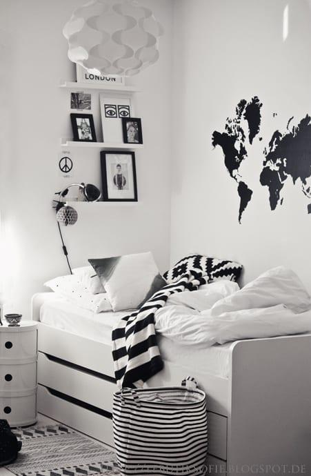 Scandinavische jongenskamer met wereldkaart