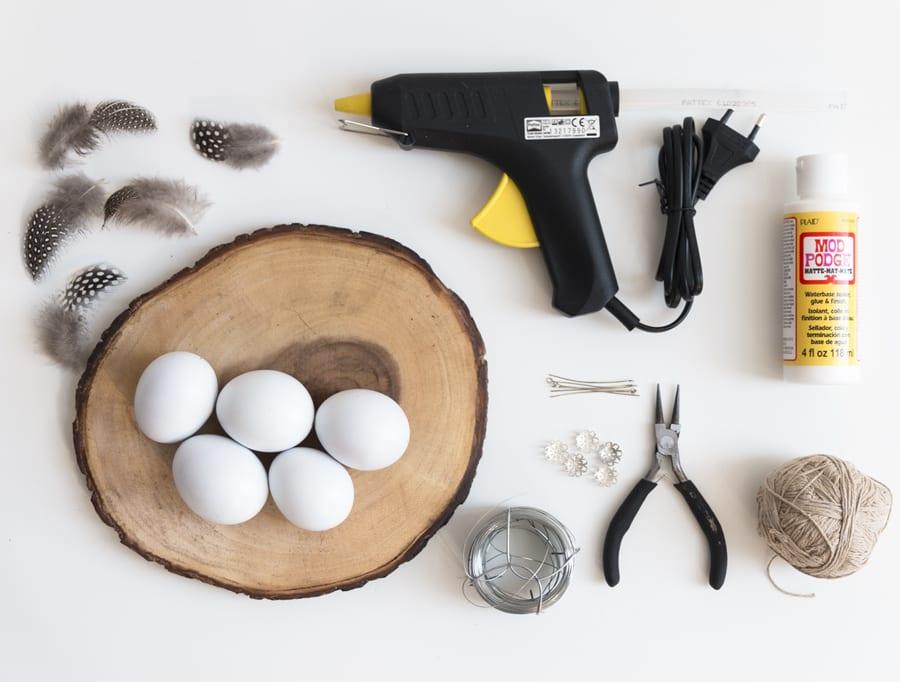 Dit heb je nodig voor de DIY paaseieren met veertjes