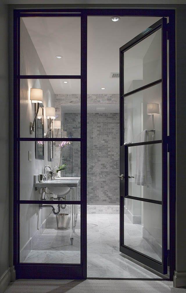 Stalen deuren naar de badkamer