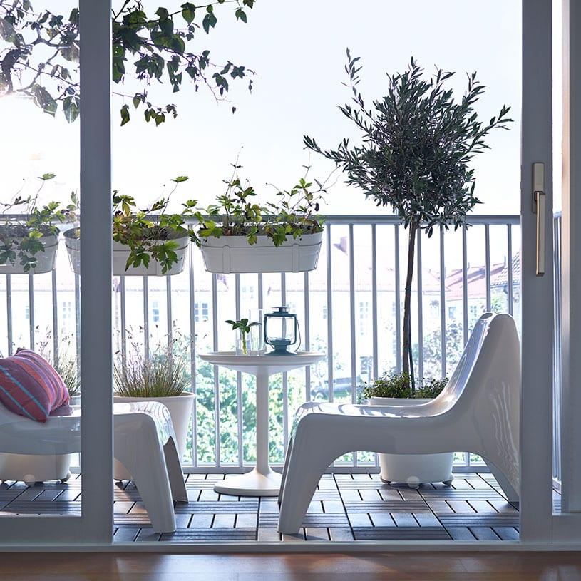 Balkon met ikea stoelen