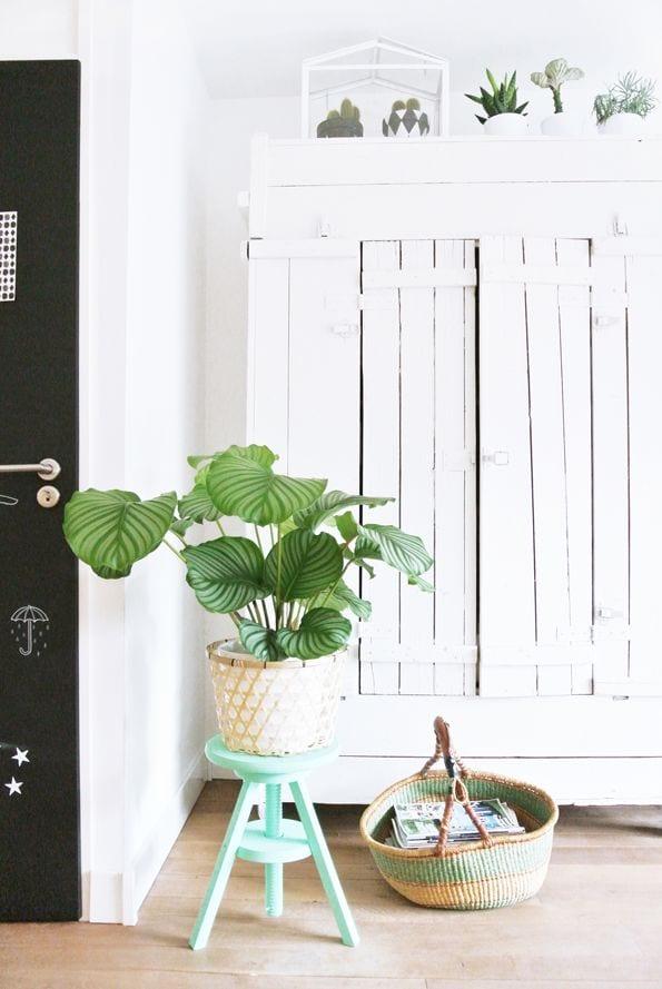 Oude witte kast met lat deuren
