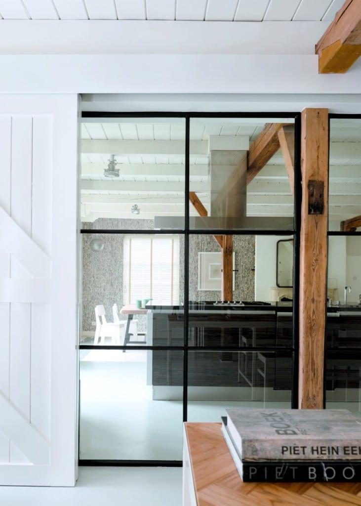 Stalen deuren naar de keuken