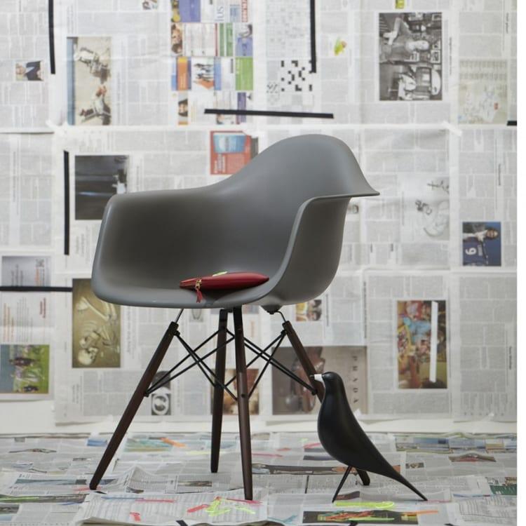 Vitra Eames Plastic Chair Armchair grijs met Eames Bird