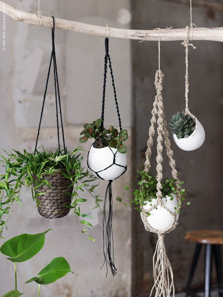 Macramé plantenhanger in huis
