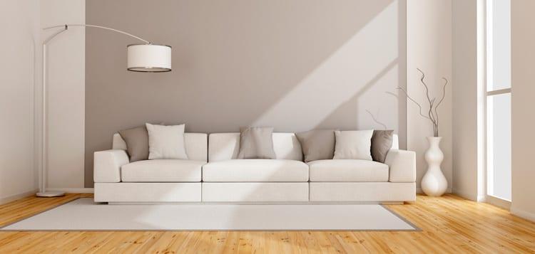Minimalistisch interieur wit houten vloer