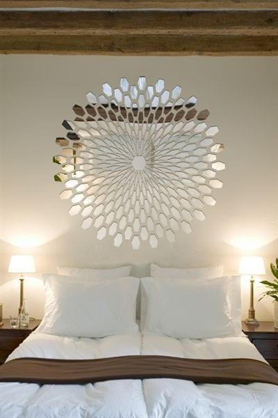 Spiegel bloem in eigen vorm boven bed
