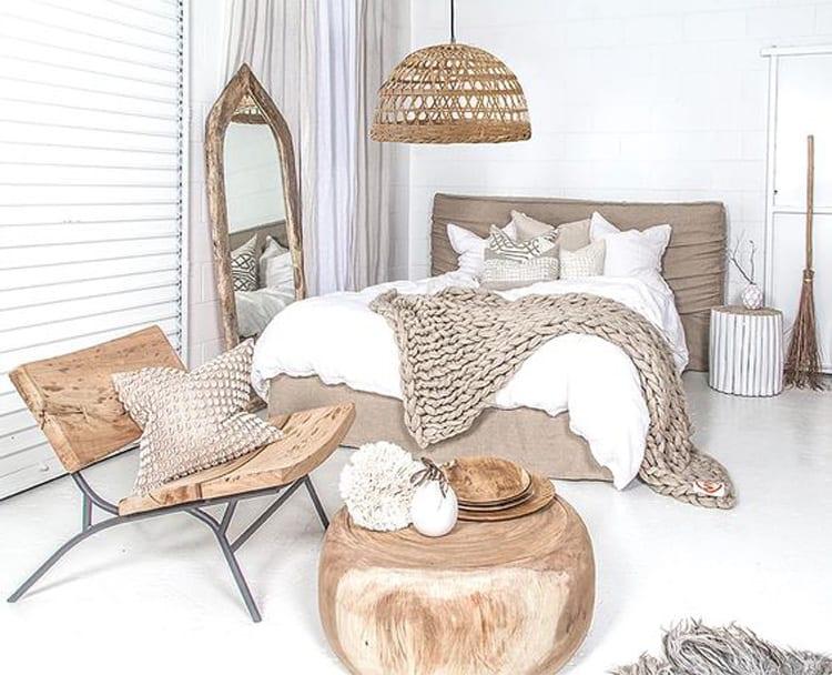 Beige slaapkamer met houten accessoires