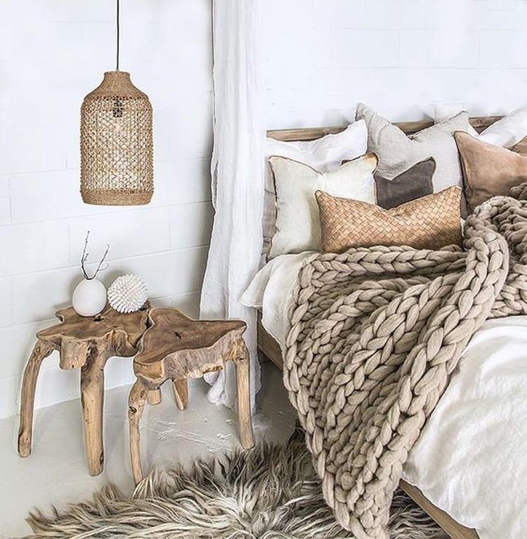 Slaapkamer met natuurlijke materialen en houten tafeltje