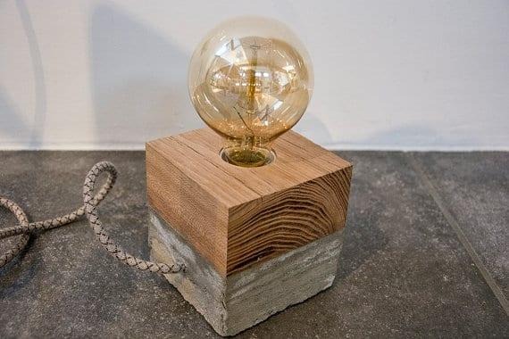 Tafellamp met hout en beton