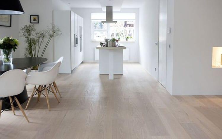 Whitewash vloer woonkamer en keuken