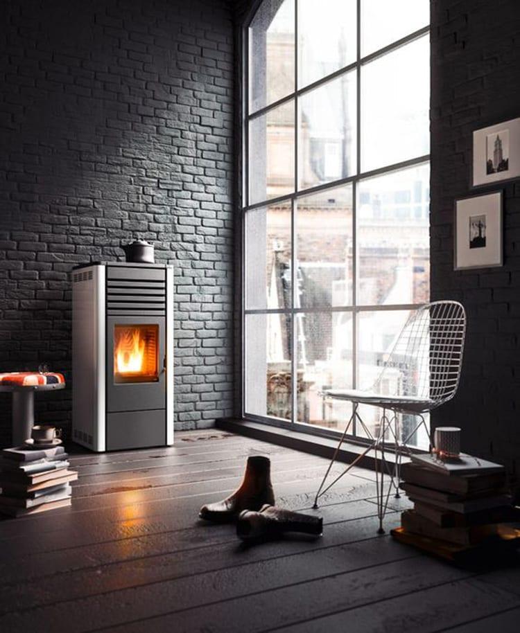 Grijs zwarte pelletkachel woonkamer