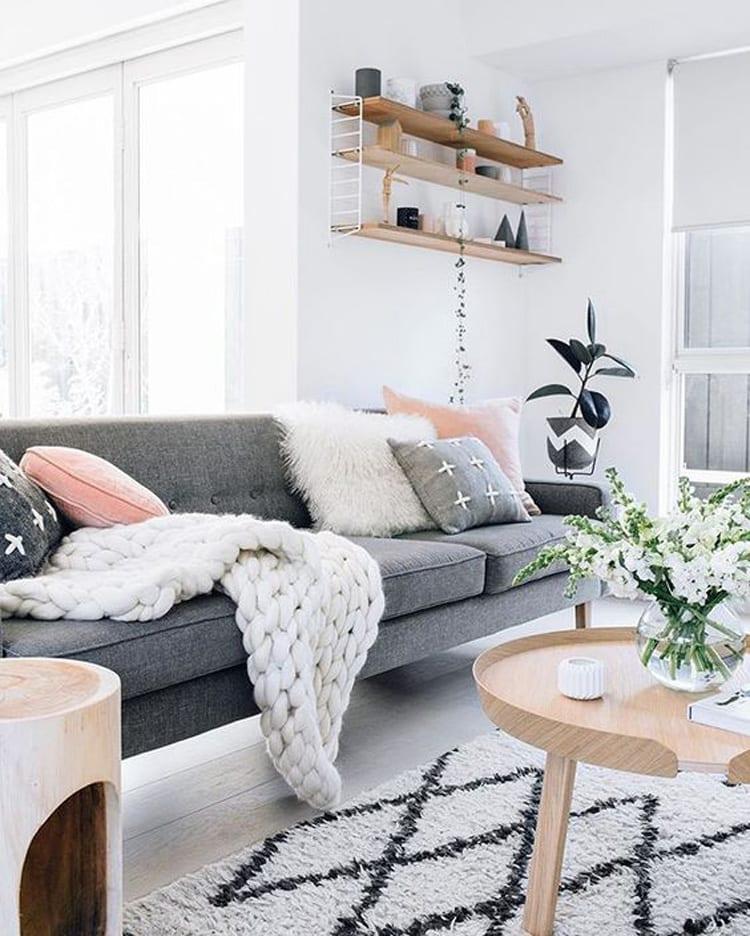 Warme sfeer woonkamer door verschillende materialen