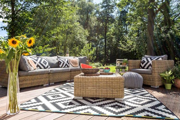 Tuinset met zwart-wit tuinkleed