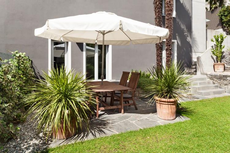 Ongekend Schaduw creëren bij je tuinset met behulp van een parasol - Woontrendz QX-05
