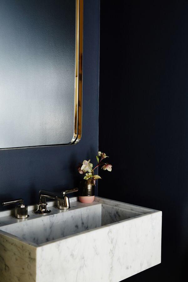 Badkamer met donkerblauwe muur