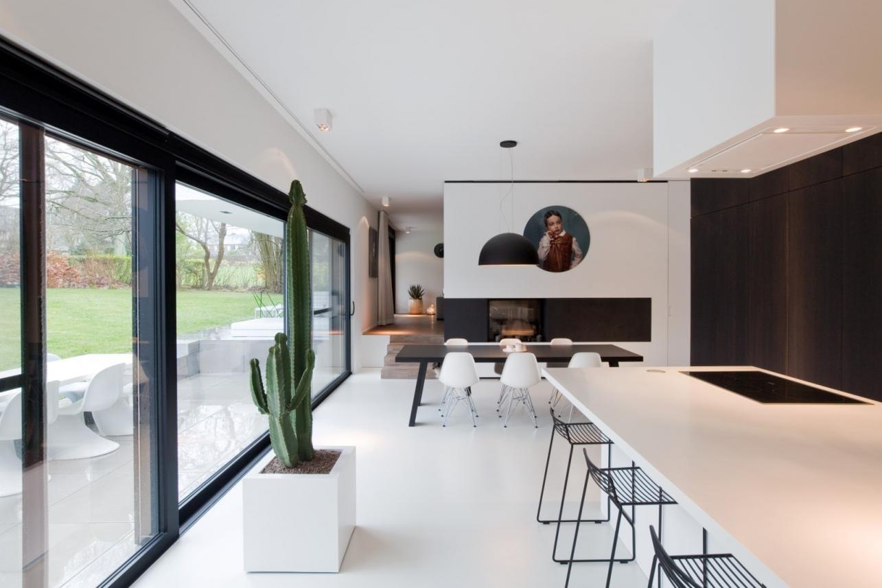 Witte gietvloer in modern interieur
