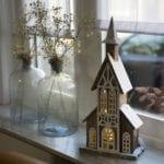 Kersthuisje kerk met verlichting