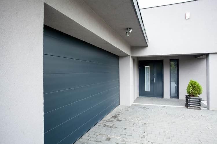 Donkerblauwe design garagedeur