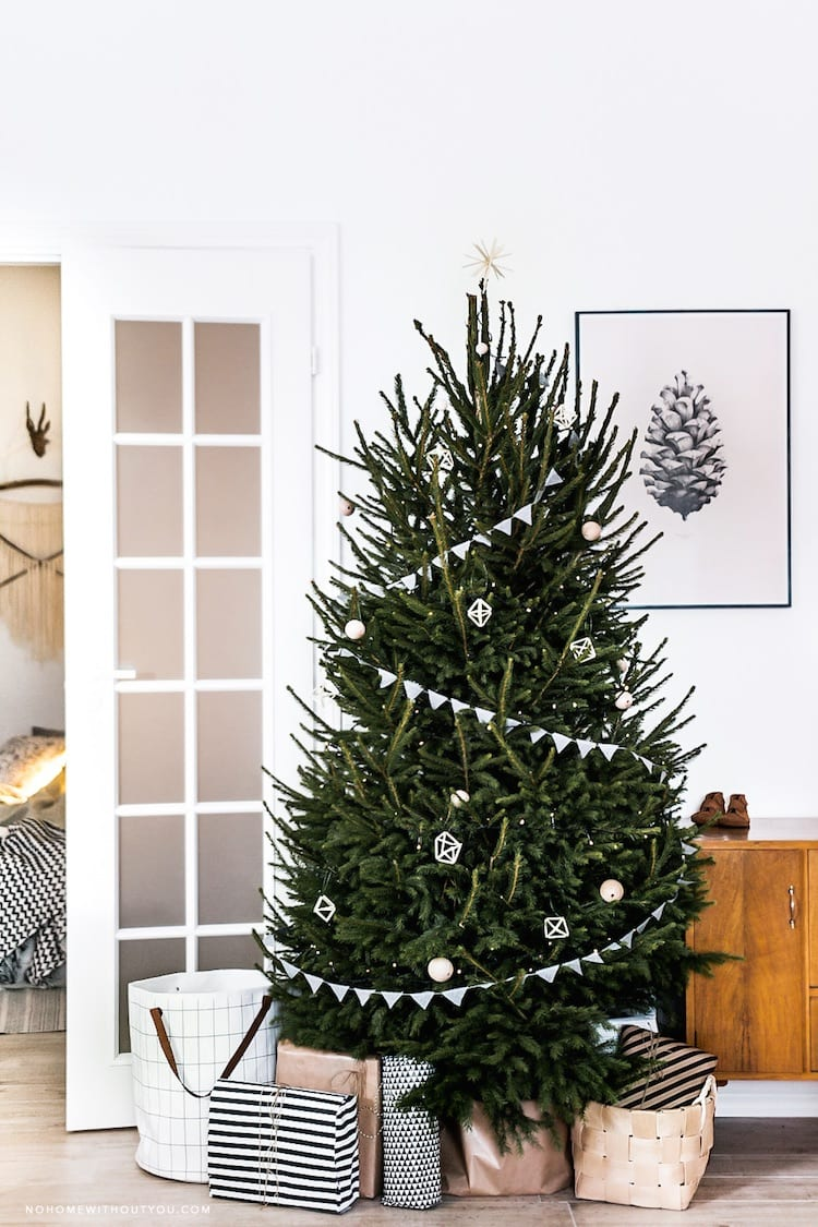 Kerstboom versieren met slingers