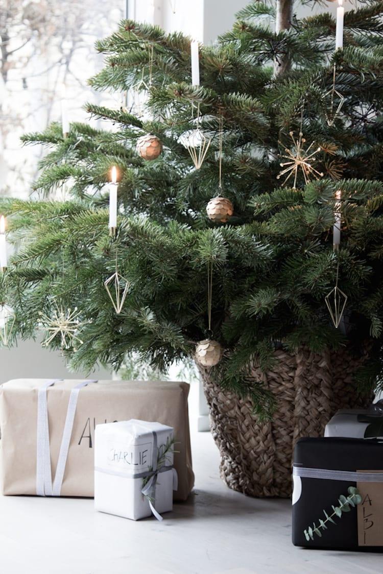 Kerstboomdecoratie onder de boom
