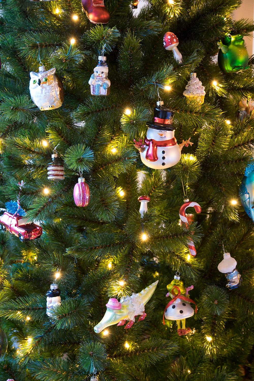 Kerstbal figuren bij Mark en Hiske in de kerstboom