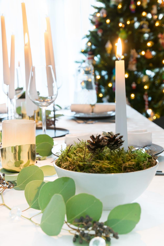 Schaal met kerstdecoratie voor de eettafel