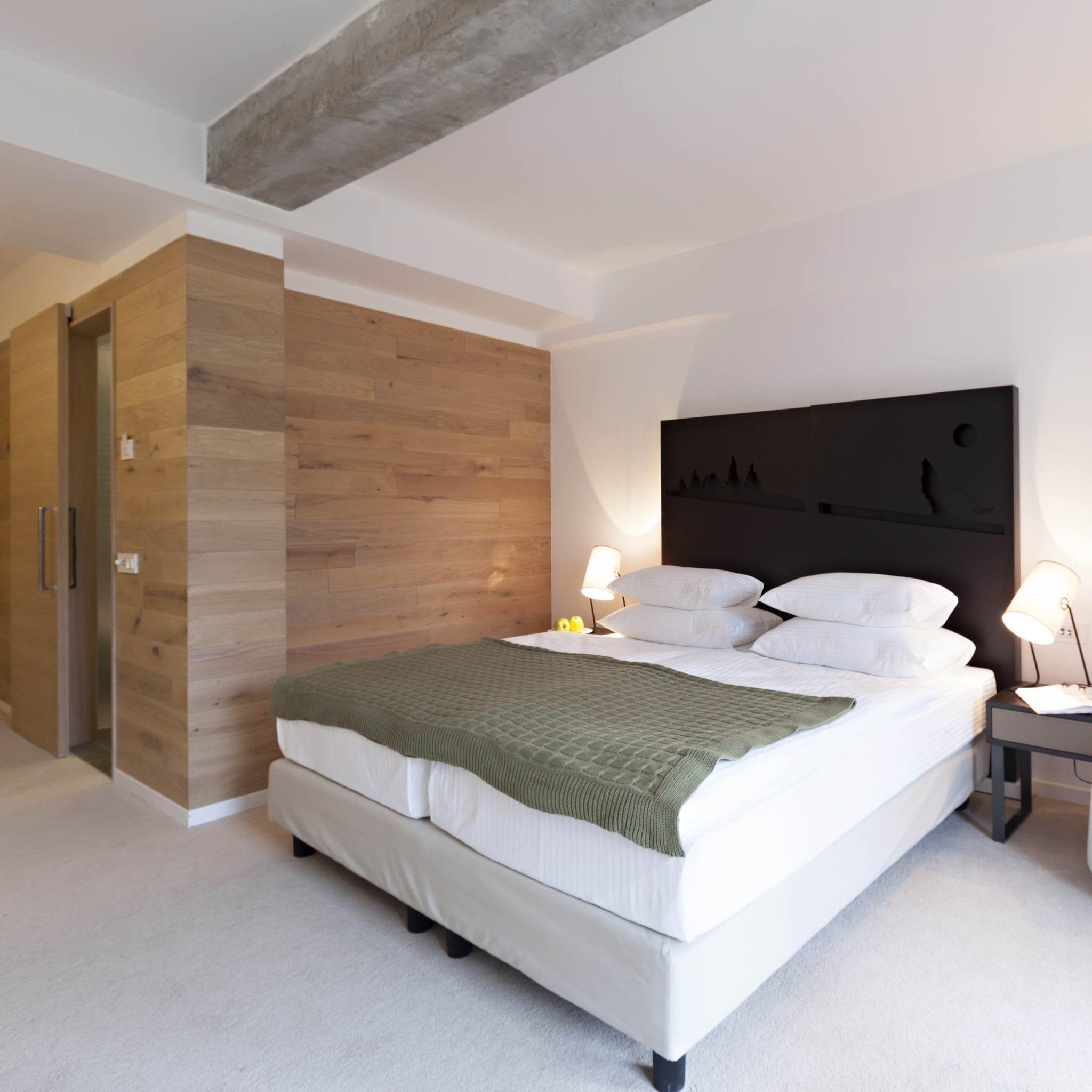 Slaapkamer met boxspring en twee eenpersoonsmatrassen