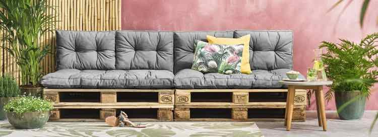 Loungebank met pallethout en loungekussens van Leen Bakker