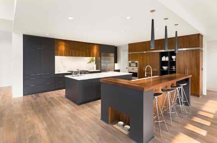Donker grijze luxe keuken met hout