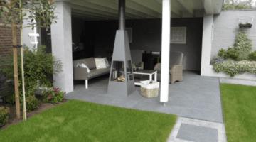 Grote en kleine tegels op het tuinpad