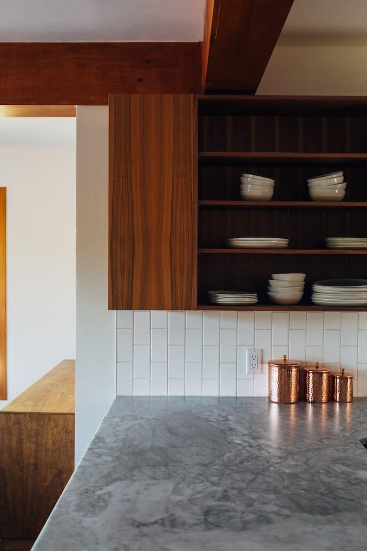 Keuken met marmer en hout