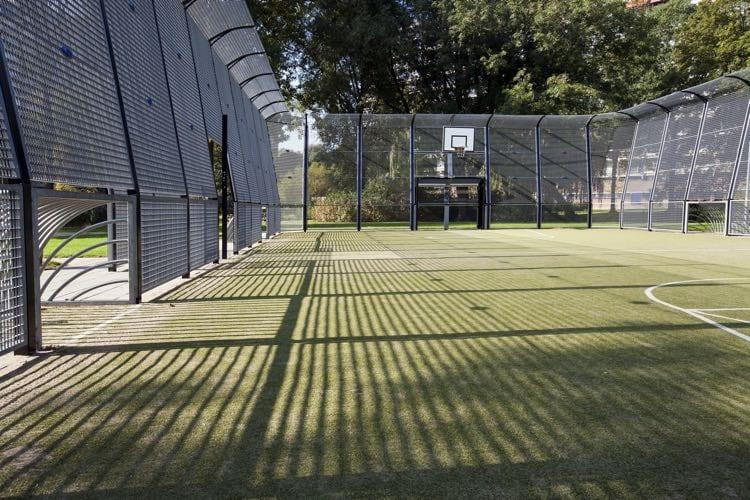 Voetbalkooi in woonwijk