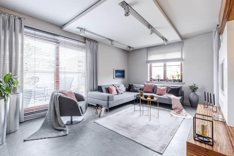 Grijze hoekbank in moderne woonkamer met roze