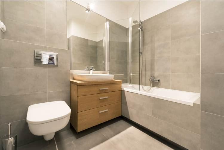 Badkamer met douche in bad