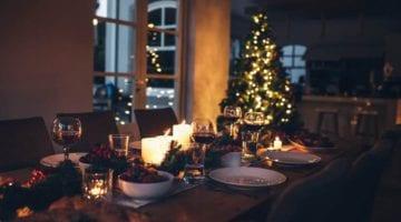 Kerstboom verlicht bij kerstdiner