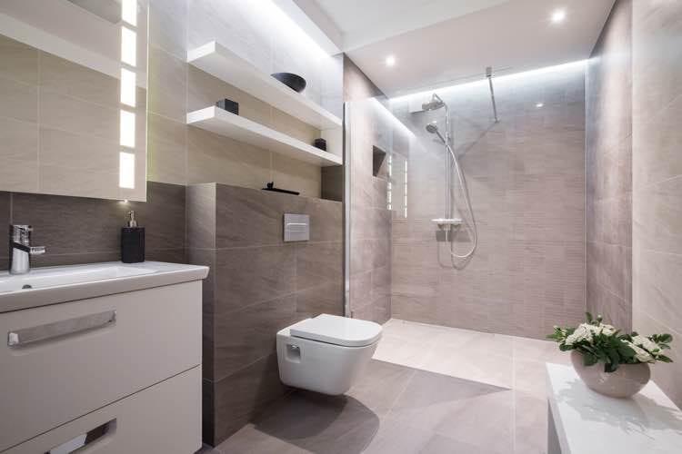 Badkamer met inloopdouche met glazen wand