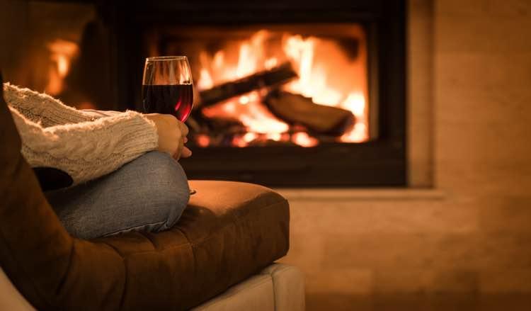 Open haard met wijnglas