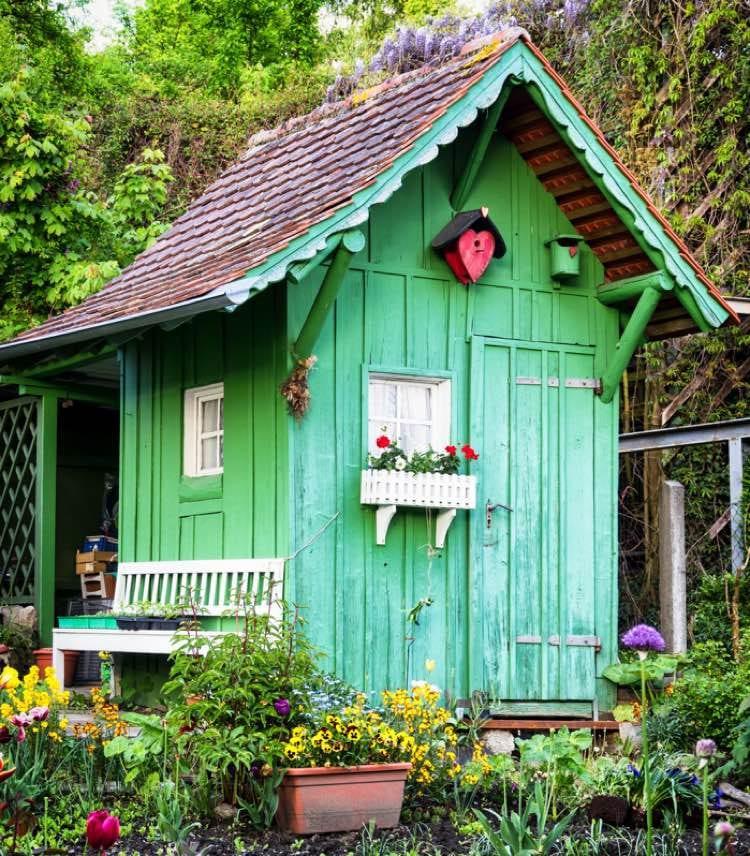 Groen tuinhuisje met vogelhuisjes
