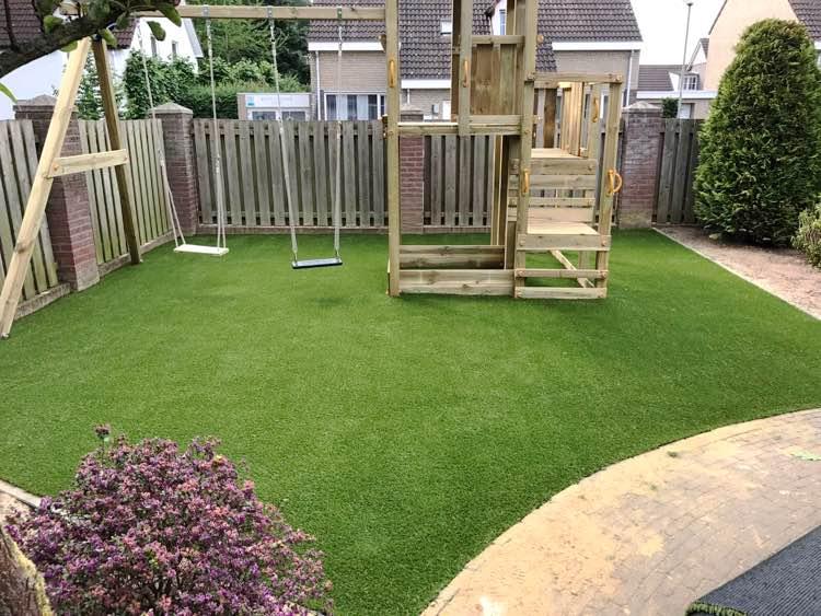 Kunstgras tuin met speeltoestellen