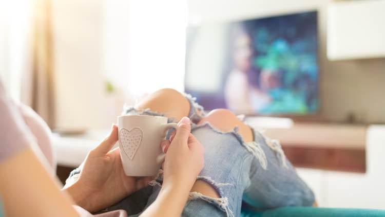 Tv kijken met kop thee