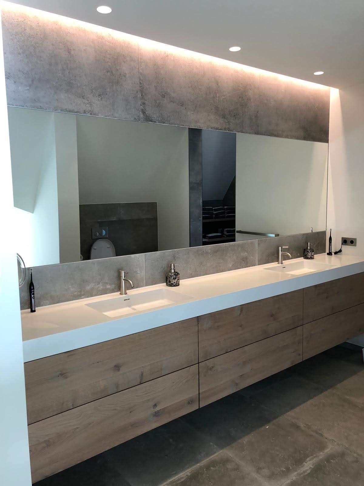 Grote spiegel in de badkamer